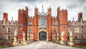 hampton court with the kings beasts - What are 'The Queen's Beasts' and why do they feature on the new £5 coins?